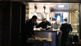 Сыгранность в ресторане - шеф-поваре аранжируя множественные листья на блюде акции видеоматериалы