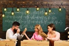 Сыгранность в центре образования приятельство Друзья принимают решениее и разрешают проблему Курсы и экзамен урока группы стоковые изображения