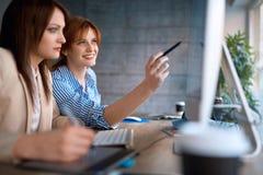 Сыгранность график-дизайнера - дизайнер женщин работая совместно на c Стоковое фото RF