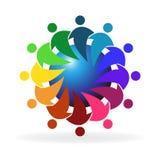 Сыгранность обнимая людей вокруг логотипа мира Стоковые Изображения