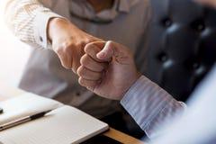 Сыгранность партнерства бизнесмена давая рему кулака к приветствовать Стоковое фото RF