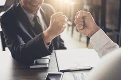 Сыгранность партнерства бизнесмена давая рему кулака к приветствовать Стоковое Фото