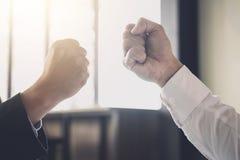 Сыгранность партнерства бизнесмена давая рему кулака к приветствовать Стоковая Фотография RF