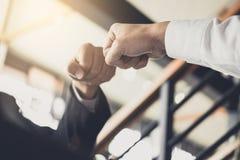 Сыгранность партнерства бизнесмена давая рему кулака к приветствовать Стоковые Фото