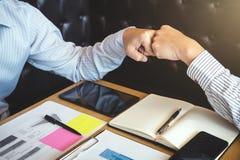 Сыгранность партнерства бизнесмена давая рему кулака к приветствовать Стоковые Фотографии RF