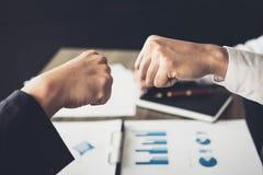 Сыгранность партнерства бизнесмена давая рему кулака к приветствовать Стоковые Изображения