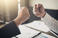 Сыгранность партнерства бизнесмена давая рему кулака к приветствовать Стоковое Изображение RF