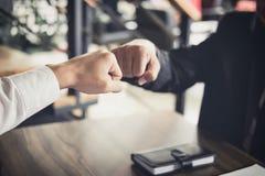 Сыгранность партнерства бизнесмена давая рему кулака к приветствовать Стоковые Изображения RF