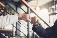 Сыгранность партнерства бизнесмена давая рему кулака к приветствовать Стоковая Фотография