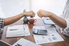 Сыгранность партнерства предпринимателей давая рему кулака проекту стратегии бизнеса начала приветствию вверх стоковая фотография rf