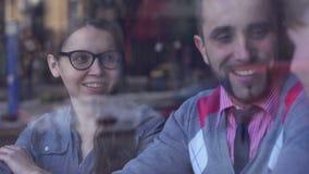 Сыгранность, сотрудничество и творческие способности Молодые бизнесмены встречая на кафе акции видеоматериалы