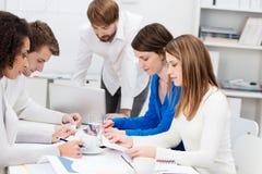 Сыгранность среди группы в составе молодые предприниматели Стоковая Фотография RF