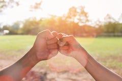 Сыгранность человеческих рук делает рему стоковые фотографии rf