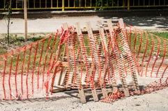 Сымпровизированный барьер места строительства дорог с загородкой защитного предосторежения оранжевой или сеть для того чтобы защи Стоковые Фото
