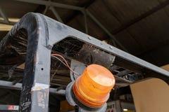 Сымпровизированный предупреждающий увиденный маяк прикрепленным к платформе грузоподъемника в складе стоковые фотографии rf