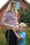 сынок девушки супоросый стоковое изображение rf