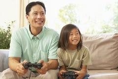 сынок игры отца компьютера домашний играя Стоковые Фотографии RF