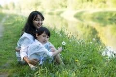 сынок мамы совместно Естественная предпосылка стоковая фотография rf