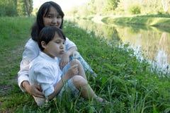сынок мамы совместно Естественная предпосылка стоковое фото