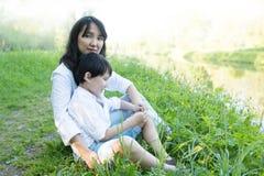 сынок мамы совместно Естественная предпосылка стоковые изображения