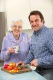 Сынок мати и взрослого подготовляя еду совместно Стоковые Фотографии RF
