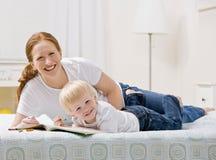 сынок мати книги крася посвященный Стоковые Изображения RF