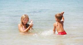 сынок мати пляжа стоковые изображения rf