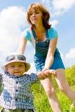 сынок мати s удерживания руки счастливый стоковое изображение