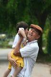 сынок нося внука папаа grandfather Стоковые Фотографии RF