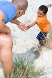 сынок отца помогая Стоковые Фотографии RF