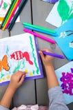 сынок отца чертежа Взгляд сверху рук ребенка с изображением картины карандаша на бумаге Чертежи ребенк Стоковое Изображение RF