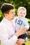 сынок отца embrace стоковое изображение rf