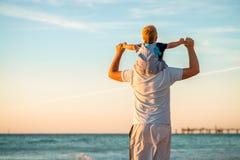 сынок piggyback отца стоковое фото