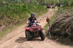 сынок riding квада папаа стоковая фотография