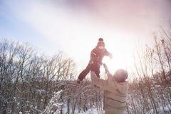 Сын задвижки отца на предпосылке зимы неба Стоковая Фотография