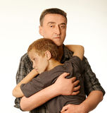 Сын и отец 10 лет обнимают один другого Стоковые Фотографии RF