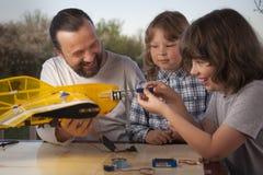 Сын и отец сделали домодельные контролируемые радио модельные воздушные судн ai стоковое изображение rf