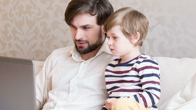 Сын и папа работая совместно видеоматериал