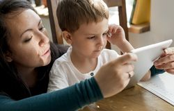 Сын мамы тратит единение праздника времени Стоковая Фотография