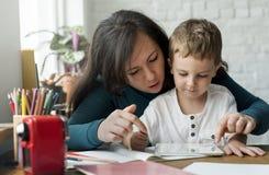 Сын мамы тратит единение праздника времени Стоковые Фотографии RF
