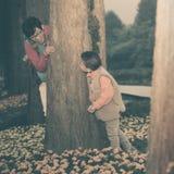 сын матери играя игры seek тайника стоковые фото