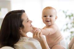 Сын матери и младенца усмехаясь и играя Стоковая Фотография RF