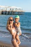 Сын молодого ребёнка матери и усмехаться играя на пляже во времени дня Положительные человеческие эмоции, чувства, Стоковые Фото