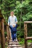 Сын молодой женщины и малыша идя вдоль привесного моста Стоковое Изображение