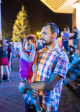 Сын нося отца на плечах во время Стоковое фото RF