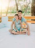 Сын с его отцом на деревянном кресле Стоковые Изображения RF