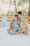 Сын с его отцом на деревянном кресле Стоковая Фотография