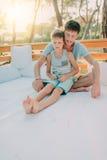 Сын с его отцом на деревянном кресле Стоковые Фото