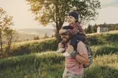 Сын с отцом на горе стоковые изображения