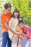 Сын слушает к беременному животу его матери Стоковая Фотография
